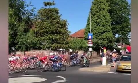 Επική γκάφα! Ποδηλάτες πήραν λάθος δρόμο γιατί τους χαιρετούσαν (video)