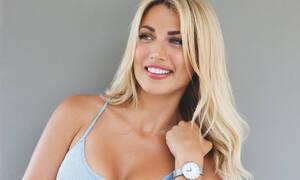 Η Κωνσταντίνα Σπυροπούλου ποζάρει χωρίς photoshop και χωρίς ίχνος μακιγιάζ στη θάλασσα