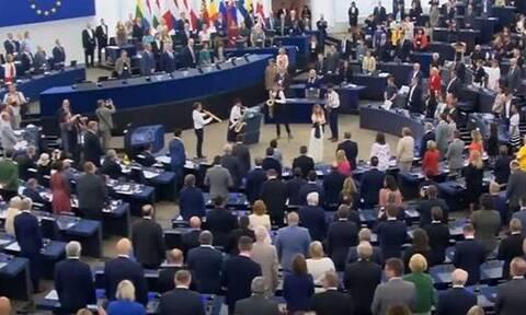 Σάλος στην Ευρωβουλή: Δείτε τι έκαναν βουλευτές κατά την ανάκρουση του ευρωπαϊκού ύμνου (vid)