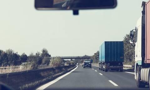 Απίστευτες εικόνες στην Ηλεία: Άνοιξε η γη και κατάπιε... φορτηγό (pic)