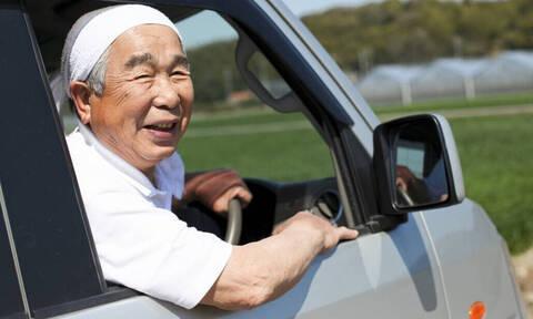 Τρομερό: Δείτε πώς λένε «ευχαριστώ» οι Ιάπωνες οδηγοί! (pics+vid)