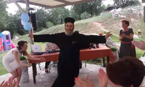 Παπάς χόρεψε «θεϊκή» ζεμπεκιά και άφησε τους πιστούς με ανοιχτό το στόμα (vid)