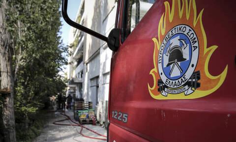 Συναγερμός στη Λάρισα: Περίμενε το φανάρι και το αυτοκίνητό του πήρε φωτιά