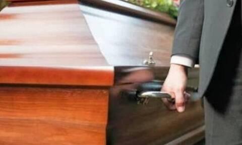 Εικόνες ΣΟΚ σε κηδεία: Άφωνοι οι συγγενείς - Δείτε τι συνέβη (pics)