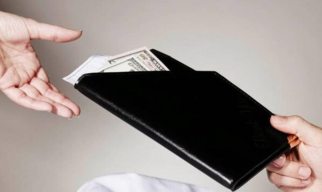 Επικό! Θύμωσε με τον σύντροφό της και έκανε πλούσια σερβιτόρα με την κάρτα του! (pics)