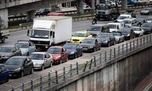 Κίνηση στους δρόμους: Ουρές χιλιομέτρων στις εθνικές - Δείτε ποιους δρόμους να αποφύγετε