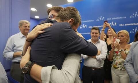 Εκλογές 2019: Η αγκαλιά του Κυριάκου Μητσοτάκη με τα παιδιά του