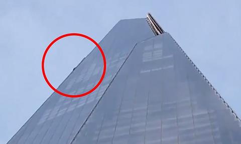 Βίντεο που κόβει την ανάσα – Άνδρας κρέμεται από τον 95ο όροφο του ψηλότερου κτηρίου στο Λονδίνο