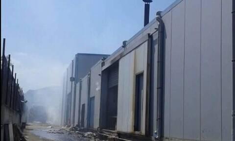 Υπό έλεγχο η φωτιά σε εργοστάσιο στα Εξαμίλια Κορινθίας