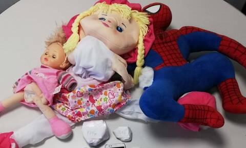 «Οικογενειακή επιχείρηση»: Διακινούσαν τα ναρκωτικά κρυμμένα μέσα σε παιδικές κούκλες