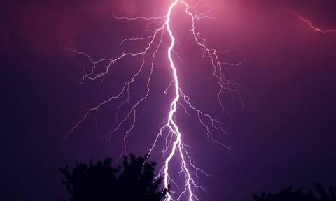 Καιρός ΤΩΡΑ: Τρόμος στον Εύοσμο από κεραυνό που έπεσε σε σπίτι (vid)