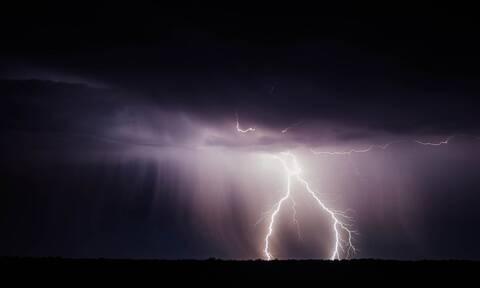 Εντυπωσιακό βίντεο: Κεραυνοί «σκίζουν» τον ουρανό στο Άγιο Όρος (vid)