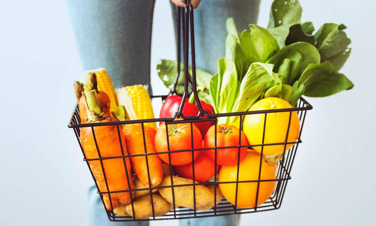 Οι τροφές που θα σε βοηθήσουν να μην πάρεις ούτε γραμμάριο το καλοκαίρι
