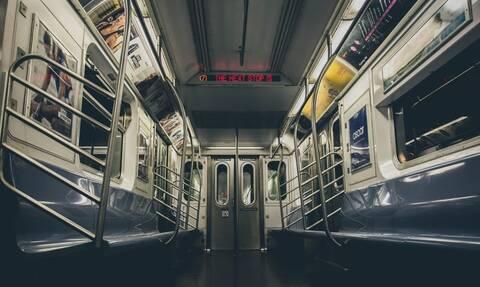 Απίστευτες εικόνες σε συρμό του μετρό – Δείτε τι έκανε επιβάτης (pics)
