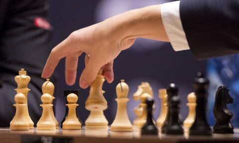 Απίστευτη δημοπρασία! Έδωσε 735.000 λίρες Αγγλίας για ένα… πιόνι σκακιού (pics)