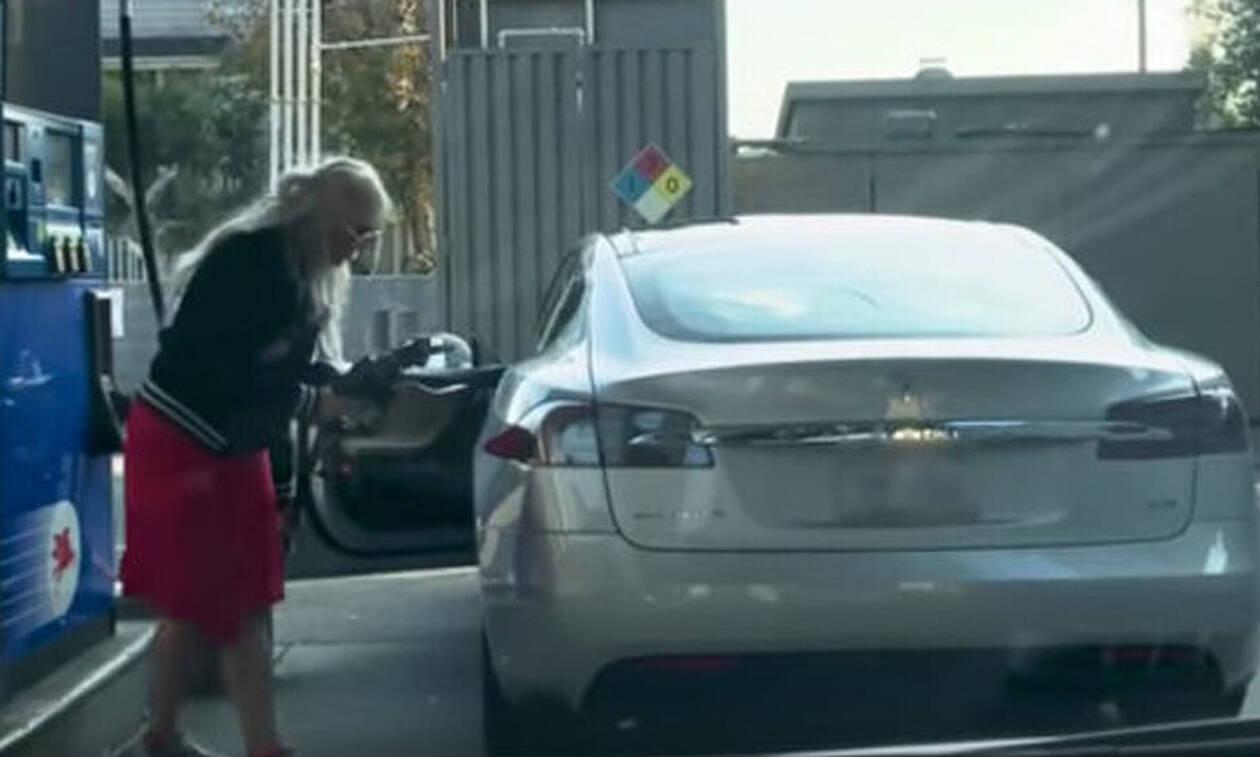 Τρελό γέλιο: Γυναίκα προσπαθεί να βάλει βενζίνη σε.... ηλεκτροκίνητο αμάξι! (vid)