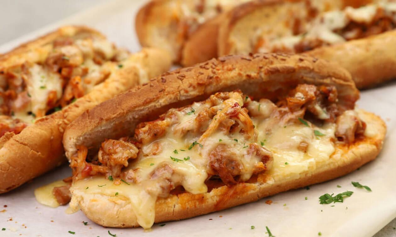 Πανεύκολη συνταγή για sandwich με κοτόπουλο κοκκινιστό