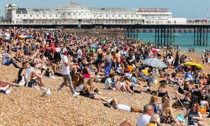 Ασυγκράτητο ζευγάρι κάνει σεξ σε παραλία και ο κόσμος δίπλα παθαίνει σοκ (Ακατάλληλες εικόνες)