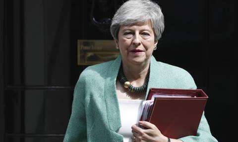 Τερέζα Μέι: Εγγυημένα τα δικαιώματα των Ελλήνων στη Βρετανία σε κάθε σενάριο Brexit