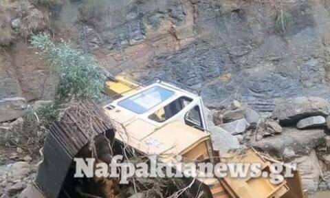 Μακύνεια: Τα ορμητικά νερά παρασύρουν εκσκαφέα