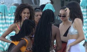 Χαμός στη Μύκονο: Είδαν τη Jenner και τις φίλες της και έβγαλαν τα μαγιό τους! (video)