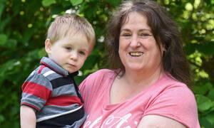 Μετά από τρεις εξωσωματικές έγινε μαμά σε ηλικία 50 ετών- Αυτό που συνέβη όμως δεν το περίμενε (vid)