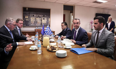 Υπουργείο Οικονομικών: Πρώτο τετ-α-τετ Σταϊκούρα με Regling - Τι είπαν