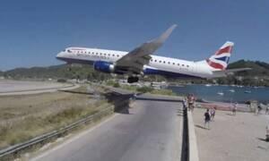 Σκιάθος: Αεροπλάνο περνά «ξυστά» πάνω από τουρίστες - Βίντεο σοκ