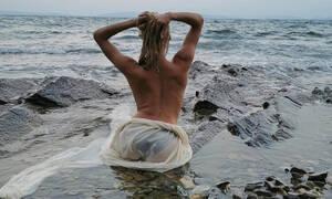 Αναγνωρίζετε την sexy Ελληνίδα μαμά που ποζάρει topless;