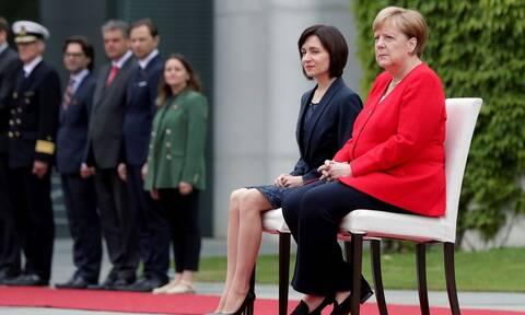 Μέρκελ: Ξανά καθιστή σε τελετή ανάκρουσης εθνικών ύμνων - Τι συνέβη (vid)