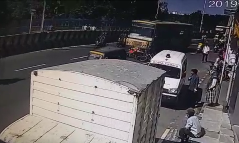 Video σοκ: Η συγκλονιστική στιγμή που λεωφορείο παρασέρνει μηχανή - Δυο γυναίκες νεκρές