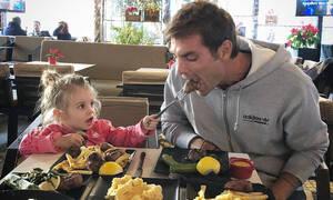 Ο Στέλιος Χανταμπάκης μας δείχνει πώς ζητούν οι κόρες κάτι από τους μπαμπάδες (vid)