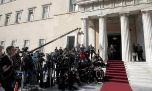 Ορκωμοσία Βουλή: Άστραψαν τα φλας! Αυτή είναι η βουλευτής - «κόλαση» που τράβηξε τα βλέμματα