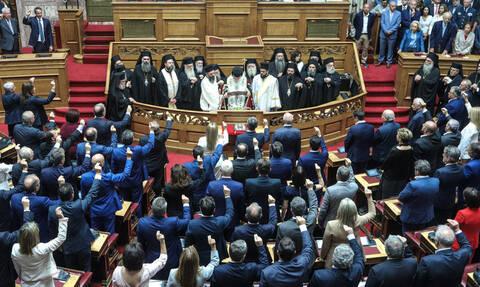 Oρκίστηκαν οι 300 της Βουλής – Ποιοι «διαφοροποιήθηκαν» από την «κομματική γραμμή»