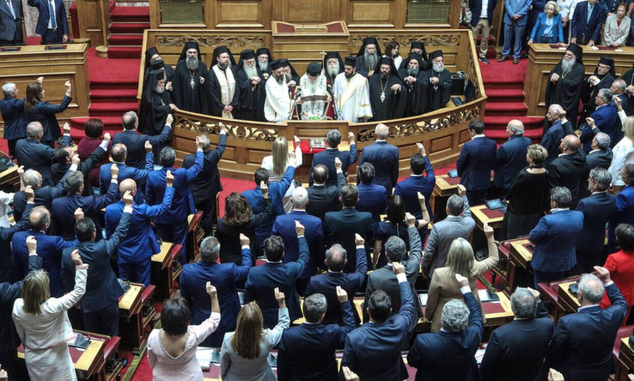 Депутаты греческого парламента приняли присягу