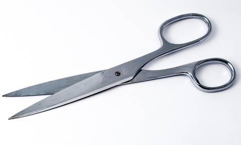 Αδίστακτος: Έκοψε με ψαλίδι τα γεννητικά όργανα του εραστή της γυναίκας του