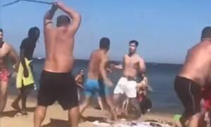 Απίστευτο ξύλο σε παραλία - Ούτε η αστυνομία δεν μπορούσε να τους χωρίσει