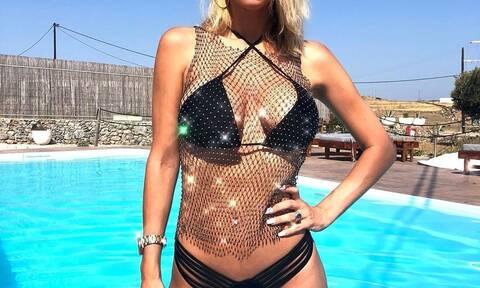 Ελληνίδα τραγουδίστρια κολάζει με καυτό διχτυωτό μαγιό (pics)