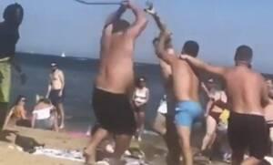 Άγριο ξύλο σε παραλία! Έτρεχαν να κρυφτούν οι τουρίστες (vid)