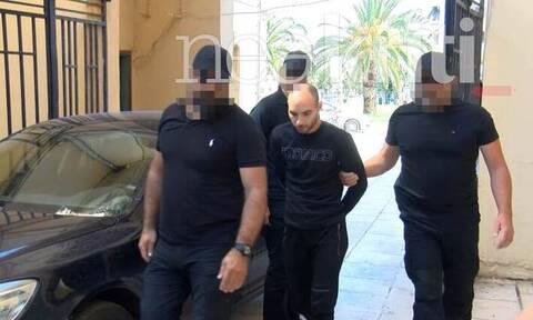 Δολοφονία βιολόγου: Αμίλητος στα δικαστήρια ο 27χρονος - Απολογείται για το φρικτό έγκλημα (pic&vid)