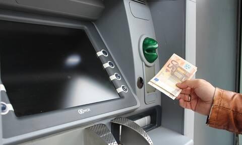 Έρχονται τσουχτερές χρεώσεις: Δείτε πόσο θα μας θα μας κοστίζει η ανάληψη από ΑΤΜ άλλης τράπεζας