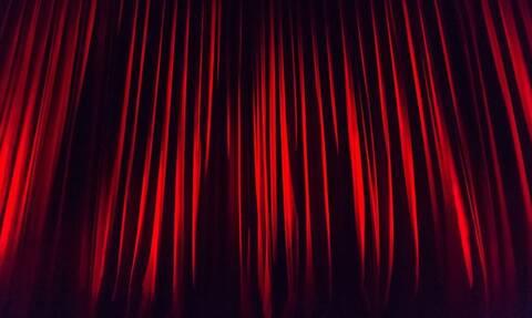 Αγωνία για γνωστό ηθοποιό: Τον μαχαίρωσαν πάνω στη σκηνή