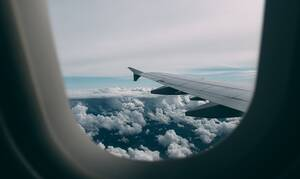 Τρόμος για επιβάτες αεροσκάφους: «Πάγωσαν» με αυτό που είδαν έξω από το παράθυρο (pics)