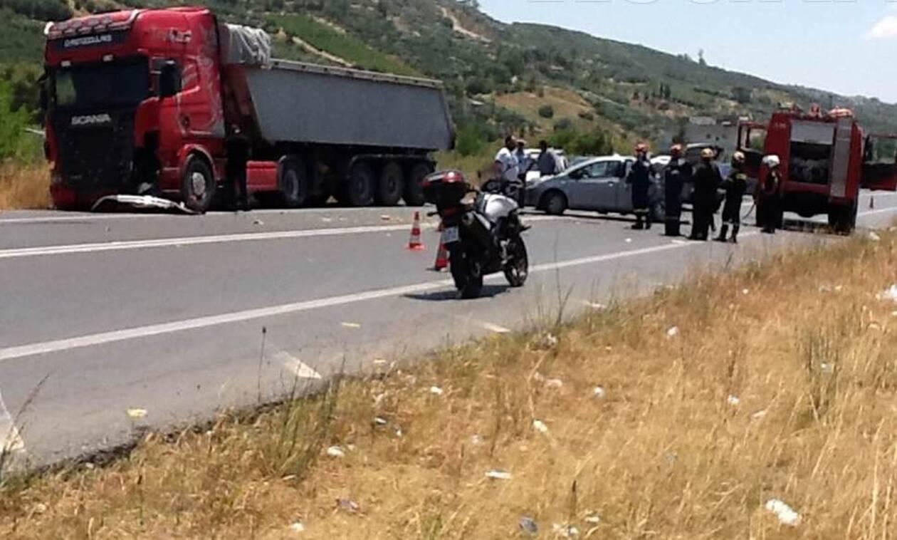 Αγωνία στο Ηράκλειο: Νταλίκα συγκρούστηκε με αυτοκίνητο - Εγκλωβίστηκε οικογένεια με δύο παιδιά