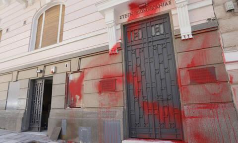 Σύνταγμα: Επέμβαση του Ρουβίκωνα στο κτήριο του ΣΕΒ (pics)