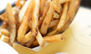 Κάνε αυτές τις έξι αντικαταστάσεις τροφών όταν τρως έξω στις διακοπές