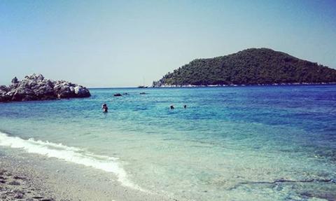 Σκόπελος: Η εξωτική παραλία με τα γαλαζοπράσινα νερά που θα σας μαγέψει (vid)