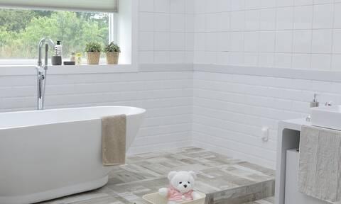 Αυτό είναι το μεγαλύτερο λάθος που κάνεις όταν καθαρίζεις το μπάνιο σου