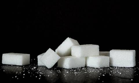 Λιώνει ζάχαρη και αρχίζει να τη δουλεύει! Το αποτέλεσμα θα σας εντυπωσιάσει (video)