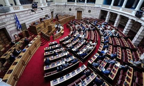 Απίστευτο σκηνικό στη Βουλή – Δείτε τι έκαναν σε βουλευτή (vid)